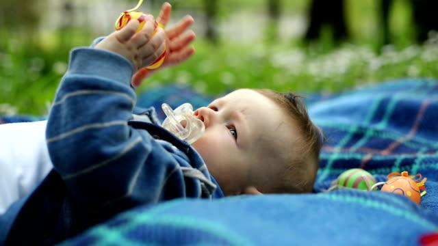 baby boy 公園 - 男の赤ちゃん一人点の映像素材/bロール