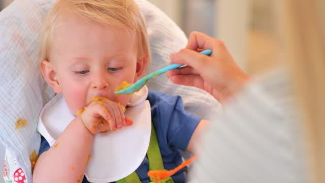 vídeos de stock e filmes b-roll de baby boy is a messy eater - messy