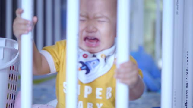 Bebé llora en la cuna
