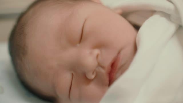 vídeos y material grabado en eventos de stock de cu : el niño está durmiendo tranquilamente - bebés 0 1