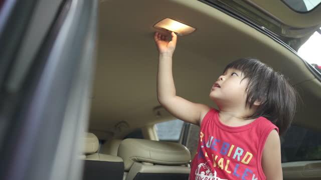 """vídeos de stock, filmes e b-roll de menino é desligado e """"ligado"""" em uma lâmpada de teto de carro no porta-malas do carro - objeto manufaturado"""
