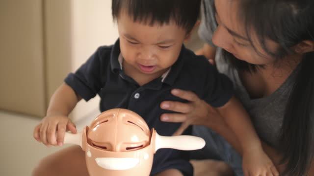 jungen lernen pisst in sein töpfchen - kind pinkelt stock-videos und b-roll-filmmaterial