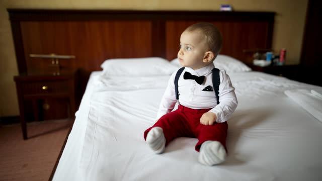 vídeos de stock, filmes e b-roll de bebé que olha a vista - só um bebê menino