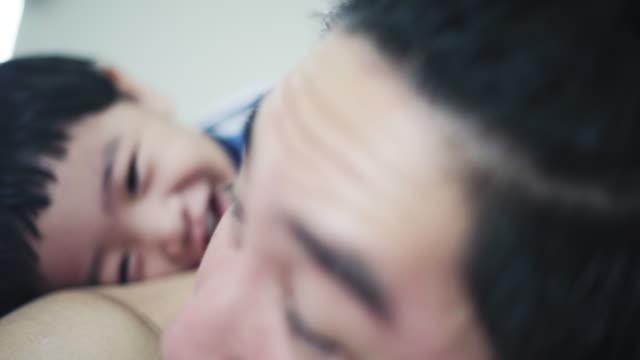 vidéos et rushes de petit garçon amour père - genderblend