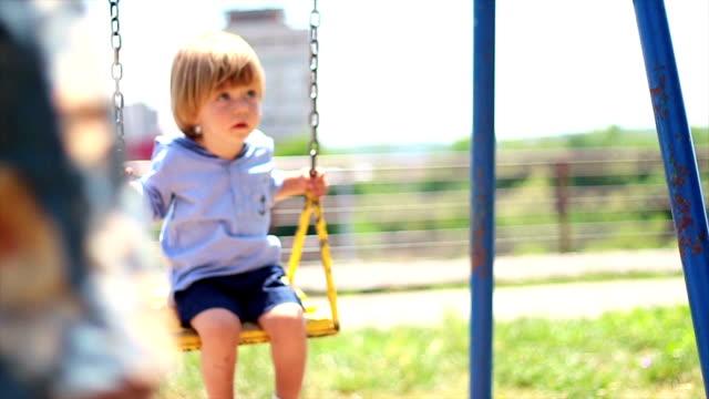 stockvideo's en b-roll-footage met jongetje op een schommel - nauw