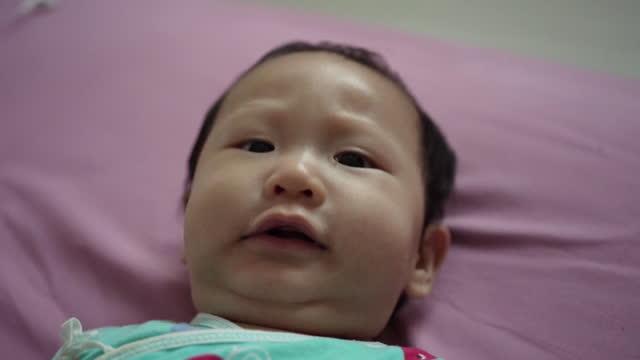 baby junge spielen und lächeln auf dem bett - ein männliches baby allein stock-videos und b-roll-filmmaterial