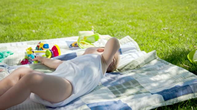 ms 赤ちゃんの自然で遊ぶ少年 - 生後2ヶ月から5ヶ月点の映像素材/bロール