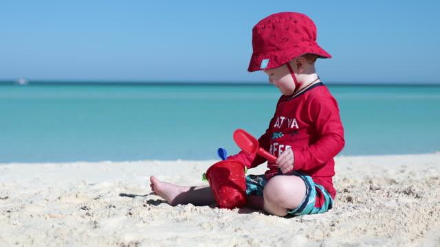 vídeos de stock e filmes b-roll de baby boy playing on tropical beach, cayo coco, cuba - criança pequena