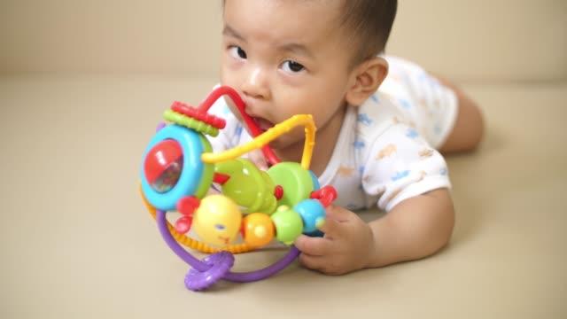 vidéos et rushes de petit garçon jouant jouet à la maison - jouet