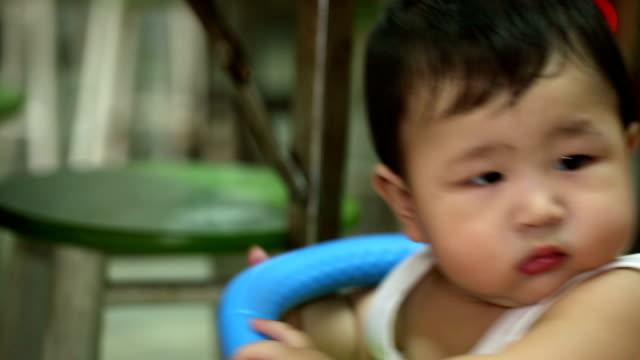 vídeos de stock e filmes b-roll de bebê menino brincando água e felicidade - porta sabonete líquido