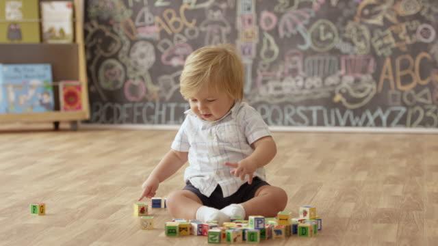 積み木で遊ぶ男の子の赤ちゃん - 男の赤ちゃん一人点の映像素材/bロール