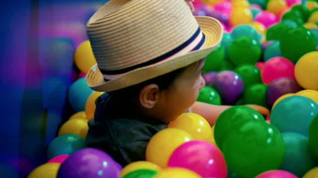vídeos y material grabado en eventos de stock de niño jugando con bola de colores. - 6 11 meses