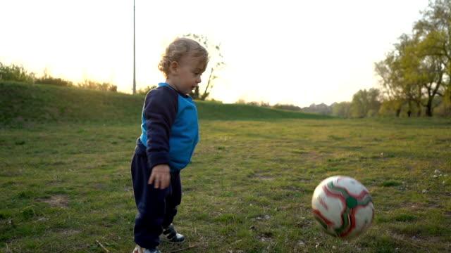 サッカーボールで遊んで男の子 - 蹴る点の映像素材/bロール