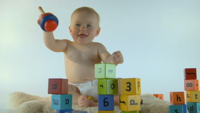 vídeos de stock, filmes e b-roll de ms, baby boy (6-11 months) playing with wooden toys - 6 11 meses