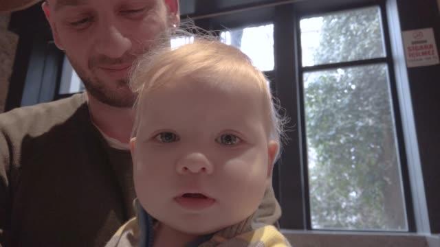 カメラに到達する男の子 - ジェンダーブレンド点の映像素材/bロール