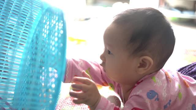 baby junge sitzt und spielt zu hause - ein männliches baby allein stock-videos und b-roll-filmmaterial
