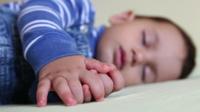 hd :寝ている男の子の赤ちゃん - 横向きに寝る点の映像素材/bロール