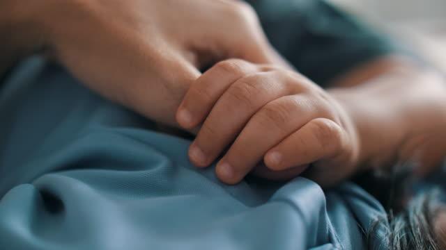 vídeos de stock e filmes b-roll de baby boy sleeping while gripping his mother finger - human finger