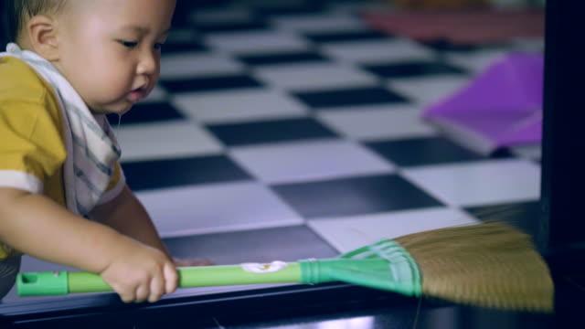 vídeos y material grabado en eventos de stock de amplia casa de bebé niño - barrer