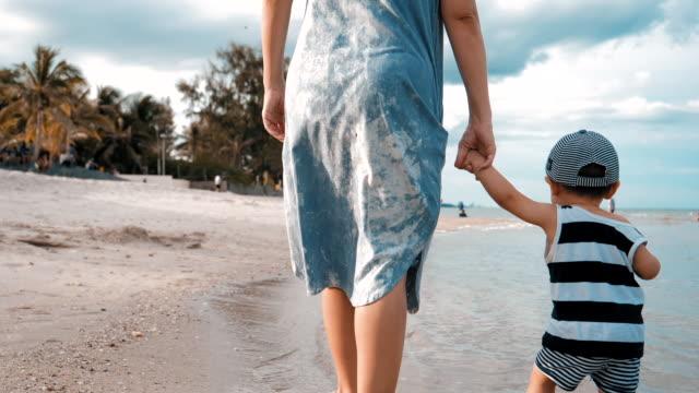 vídeos de stock, filmes e b-roll de baby boy (6-11 meses) dando os primeiros passos na praia - 6 11 months