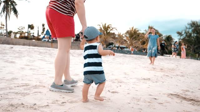baby boy (6-11 monate) erste schritte am strand - 6 11 months stock-videos und b-roll-filmmaterial