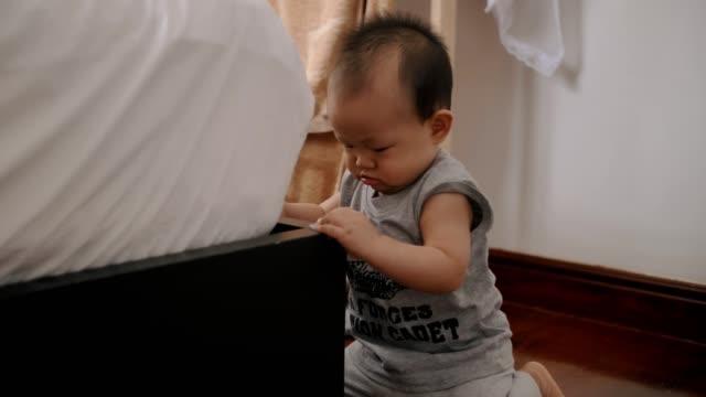 baby junge versuchen, durch halten das bett stehen - 6 11 monate stock-videos und b-roll-filmmaterial