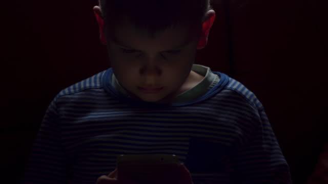 vidéos et rushes de petit garçon à l'aide d'internet - bébés garçons