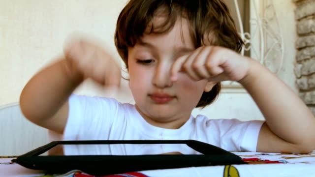 vídeos y material grabado en eventos de stock de bebé niño utilizando tablet pc - sólo niños bebés