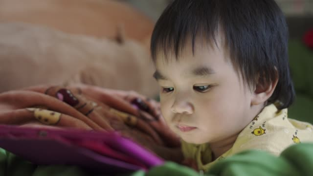 baby boy using tablet - 男の赤ちゃん一人点の映像素材/bロール