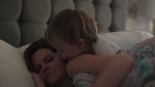 vídeos de stock e filmes b-roll de baby boy waking up his mother - contente
