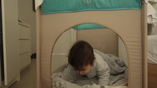 baby boy waking up - 男の赤ちゃん一人点の映像素材/bロール