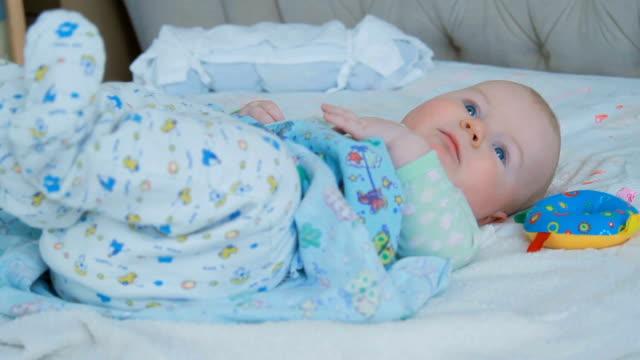 男の子の目を覚ます - 男の赤ちゃん一人点の映像素材/bロール