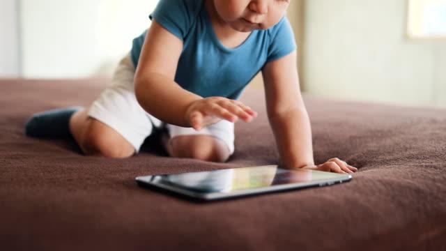 vídeos de stock e filmes b-roll de baby boy watching cartoons on tablet - masculinidade moderna