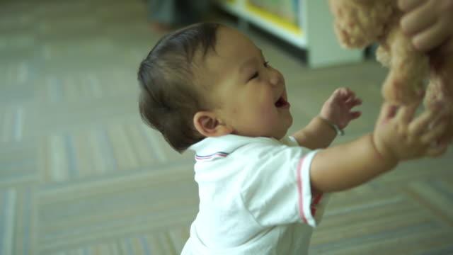 vídeos de stock, filmes e b-roll de os primeiros passos do menino, caminhe - discovery
