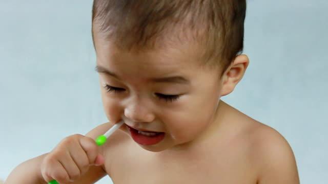 baby Zähne putzen freiwillig, betrachten