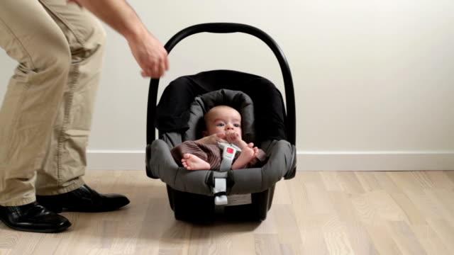 vídeos de stock, filmes e b-roll de cadeirinha para bebê - cadeirinha cadeira