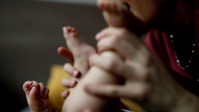 vídeos y material grabado en eventos de stock de cuidado del bebé - cambiar pañal