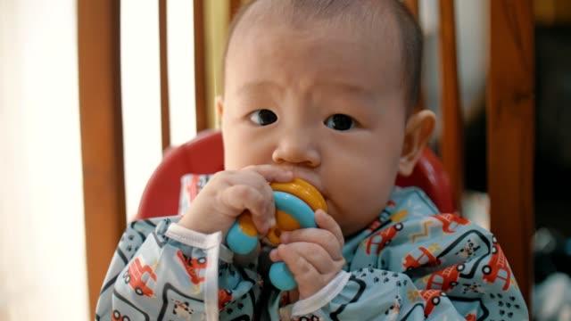 vídeos de stock, filmes e b-roll de melancia de mastigação de bebê - 6 11 months