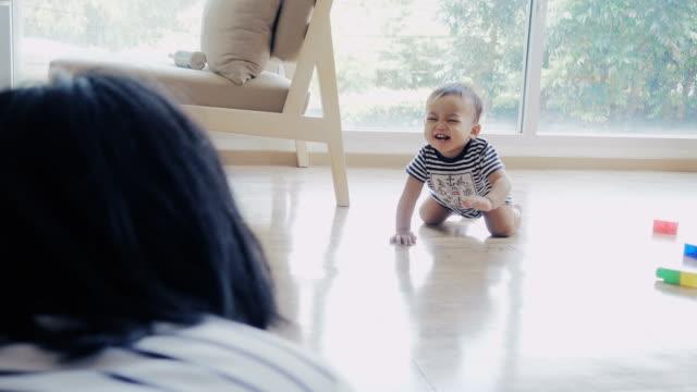 彼の母親の腕、4 k に床にクロール赤ちゃん - 這う点の映像素材/bロール