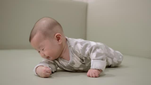 baby kriecht auf dem boden - ein männliches baby allein stock-videos und b-roll-filmmaterial