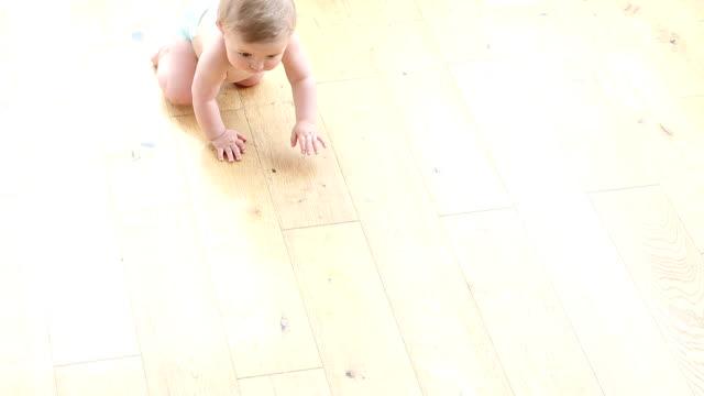 vídeos de stock e filmes b-roll de bebê gatinhar - fralda