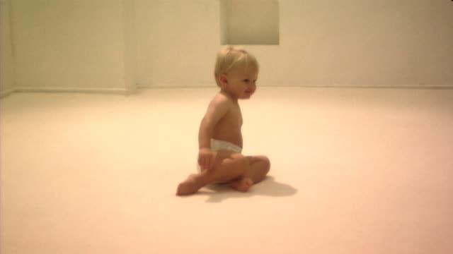 baby crawling - ein männliches baby allein stock-videos und b-roll-filmmaterial