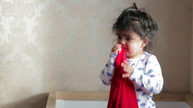 baby crying in crib - tutina video stock e b–roll