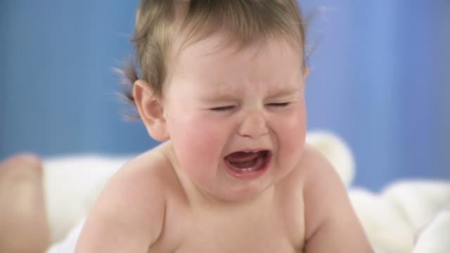 vidéos et rushes de hd ralenti: bébé pleurer - pleurer