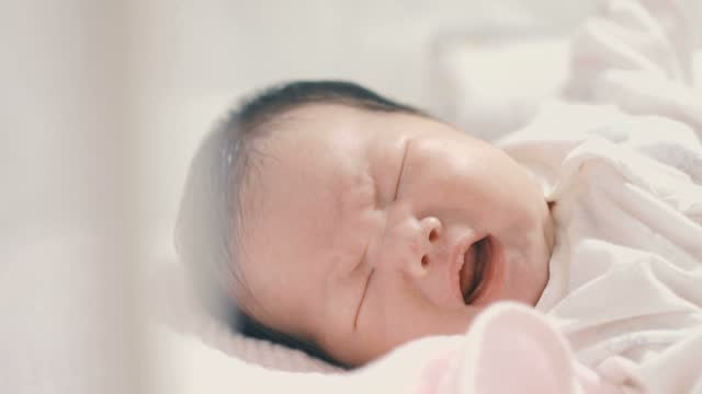 vídeos de stock e filmes b-roll de baby crying - quarto do bebé