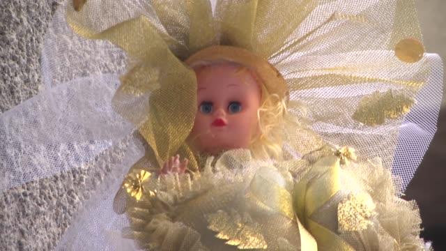 vídeos de stock, filmes e b-roll de baby dolls and hobbyhorses are sold for children in mevlid kandiliin cairo egypt on 1 january 2015 - animal de brinquedo