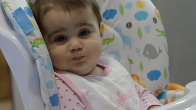 vídeos de stock, filmes e b-roll de bebê que come um papa de aveia da fruta sem alarido - comida de bebê