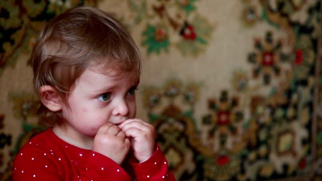 vídeos de stock e filmes b-roll de baby eating cookie - bebés meninas