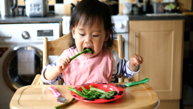 baby eating food at home - broccoli stock videos & royalty-free footage