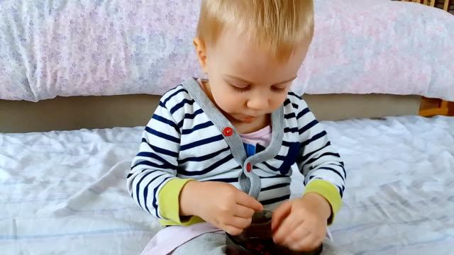 vídeos de stock, filmes e b-roll de bebê comendo sementes de romã - só um bebê menino
